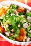 Sallad med tomater, tonfiskfisken och krutonger Fotografering för Bildbyråer