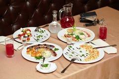 Sallad och mellanmål i restaurang tjänade som för två personer Arkivfoto