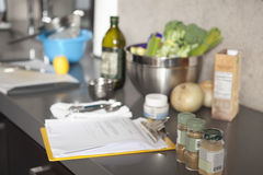 Salladingredienser och smaktillsatser på Countertop Royaltyfri Bild