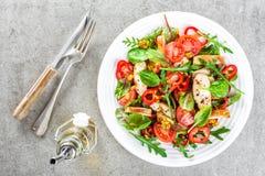 Salladplatta för ny grönsak av tomater, spenat, peppar, arugula, chardsidor och grillat stekt kycklingkött för fegt bröst, fi royaltyfria foton