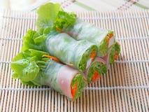 Salladrulle inkluderar nya grönsaker, morötter, krabbapinnar på bambuskivor som vävas i ren sund och viktcontr för mat för begrep arkivfoton