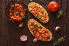 Salladsmörgåsar, tomatsallad med oliv och gurka grönska royaltyfri bild