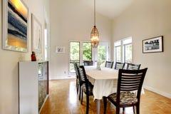 Salle à manger élégante avec l'ensemble noir de table Photo stock