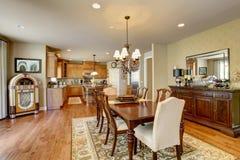 Salle à manger américaine classique avec l'ensemble, le plancher en bois dur et la couverture en bois de table photo stock