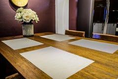 Salle à manger avec diner le textile et le tapis d'endroit photos stock