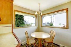Salle à manger avec l'ensemble rustique de table Photo stock