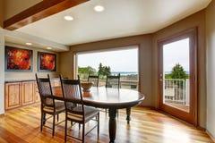 Salle à manger avec la sortie au balcon et à la vue parfaite de l'eau image stock