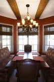 Salle à manger avec la table et les présidences. Photos stock