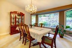 Salle à manger avec le grand hublot dans la maison américaine. Photos stock