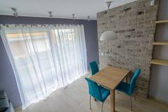 Salle à manger avec le vieux mur de briques gris Images libres de droits