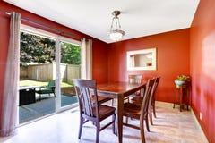 Salle à manger avec les murs et le patio rouges lumineux de débrayage photos stock