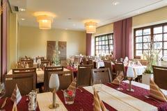 Salle à manger avec les tables couvertes blanches Image libre de droits