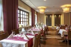 Salle à manger avec les tables couvertes blanches Photographie stock libre de droits