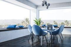 Salle à manger blanche, chaises bleues illustration libre de droits