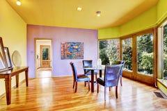 Salle à manger colorée lumineuse images stock