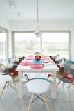 Salle à manger conçue à l'intérieur de nouvelle maison photographie stock libre de droits