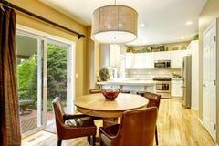 Salle à manger confortable avec la table ronde et les chaises en cuir Photos stock