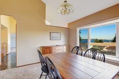 Salle à manger confortable avec la vue scénique de fenêtre images stock