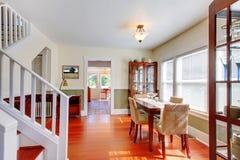 Salle à manger dans la belle vieille petite maison américaine. Photographie stock libre de droits