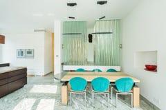 Salle à manger dans la maison lumineuse photo stock