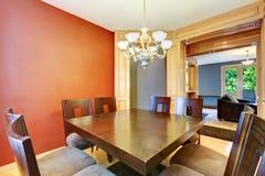 Salle à manger dans la table rouge et bleue et noire. Photos libres de droits