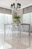 Salle à manger de luxe avec la chaise translucide images stock