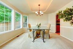 Salle à manger de luxe avec la porte-fenêtre Image libre de droits