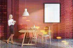 Salle à manger de mur rouge, femme d'affaires, affiche image libre de droits