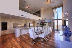 Salle à manger de repas dans la maison de luxe image stock