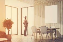 Salle à manger en bois avec une affiche, homme Photos libres de droits