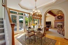 Salle à manger lumineuse avec le patio de débrayage dans la maison de luxe Photos libres de droits