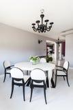 Cottage vibrant - salle à manger blanche photographie stock