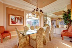Salle à manger lumineuse luxuriante photos stock