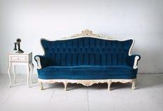 Salle à manger moderne avec le sofa bleu - rendu Photos stock
