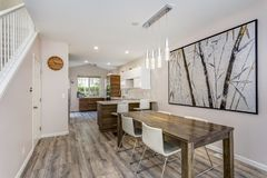 Salle à manger moderne avec une table en bois et des chaises en cuir image libre de droits