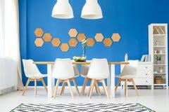 Salle à manger, mur de bleu royal images libres de droits