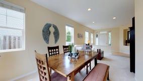 Salle à manger ouverte lumineuse avec la table en bois photo libre de droits