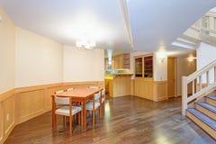 Salle à manger spacieuse avec l'ensemble en bois de table de salle à manger photographie stock