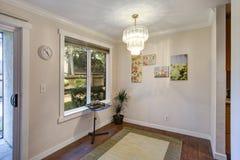 Salle à manger vide avec les murs et le plancher en bois dur légers photographie stock libre de droits