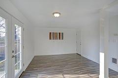 Salle à manger vide Les murs blancs purs rendent la salle spacieuse image libre de droits