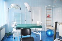 Salle d'accouchement Chambre d'hôpital d'accouchement avec la barre de mur de gymnastique image libre de droits