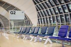 Salle d'attente avec la chaise dans le départ d'aéroport, Suvarnabhumi à Bangkok Image libre de droits