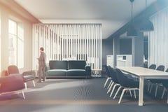 Salle d'attente bleue de bureau de sofa modifiée la tonalité Photo libre de droits