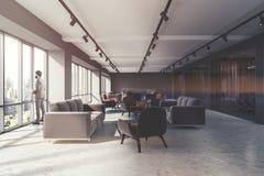 Salle d'attente de bureau, fauteuils bruns modifiés la tonalité Photographie stock