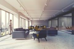 Salle d'attente de bureau, fauteuils jaunes modifiés la tonalité Image stock