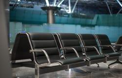 Salle d'attente de chaises longues d'aéroport images libres de droits