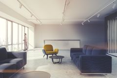Salle d'attente, fauteuils jaunes, réception modifiée la tonalité Image libre de droits