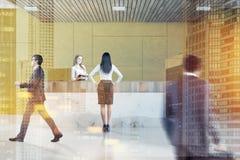 Salle d'attente jaune de bureau, réception, les gens Image libre de droits