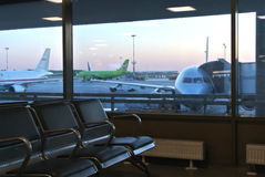 Salle d'attente sombre sombre abandonnée à l'aéroport terminal de Pulkovo de départ tard le soir Photos stock