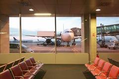 Salle d'attente vide avec des fauteuils à l'aéroport Image stock